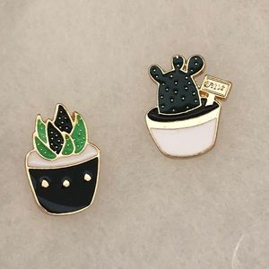 Jewelry - Set of 2 small Cactus Pins